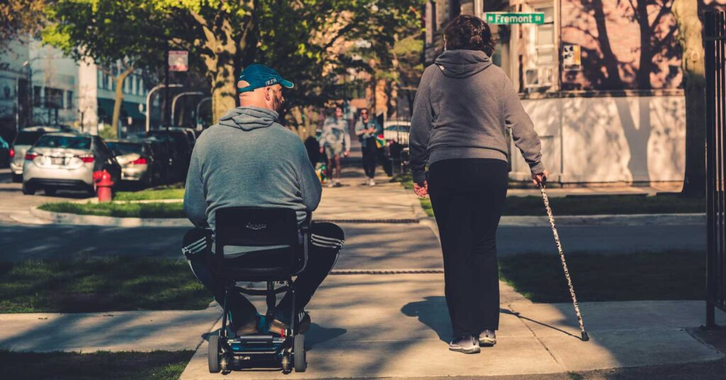 aposentador por invalidez passeando em uma vizinhança residencial